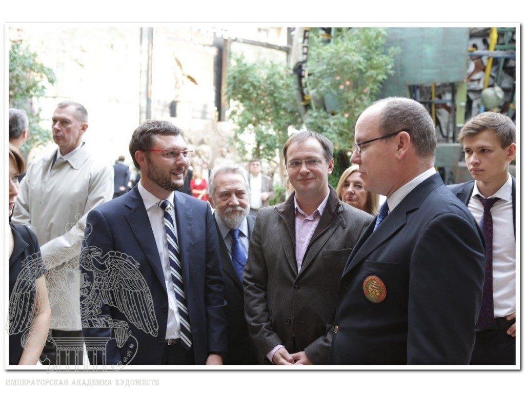 На фото справа налево Директор Фонда Роман Прокопьев, Князь Монако Альберт II, Министр культуры РФ Владимир Мединский