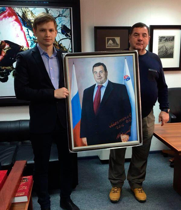 В.Б.Шестаков передает в дар Фонду портрет. (Слева Директор Фонда.)